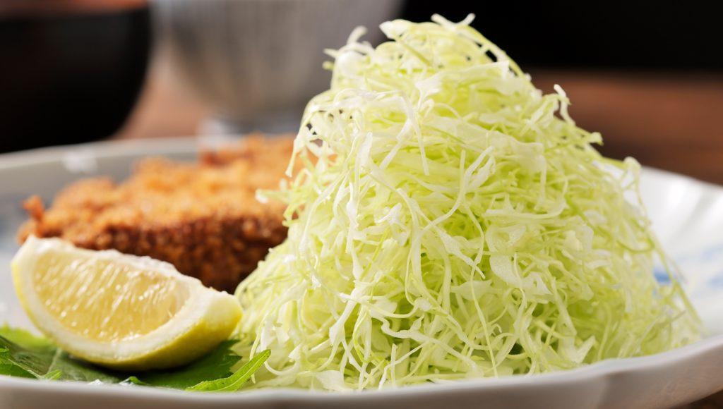 食卓で野菜を食べるイメージ